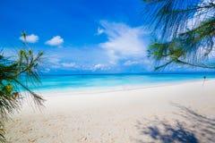 Plage blanche de sable de mer d'Andaman en île de Tachai Photos stock