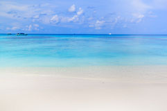 Plage blanche de sable de mer d'Andaman en île de Tachai Image libre de droits