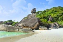 Plage blanche de sable, lagune de paradis ?le dans l'oc?an Paysage marin avec l'eau azur?e, la roche, les grandes pierres et la f photo stock