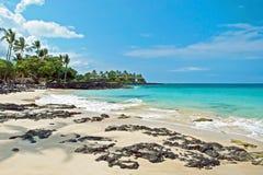 Plage blanche de sable sur la grande île d'Hawaï avec l'océan azuré dans le backgr Image libre de droits