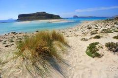 Plage blanche exotique de sable avec la lagune bleue en cristal Photo libre de droits