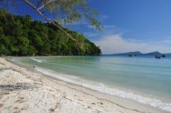 Plage blanche tropicale de sable, île de Koh Rong, Cambodge Image stock