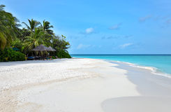 Plage blanche tropicale de sable Photo stock