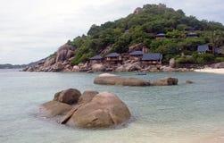 Plage blanche tropicale de sable chez la Thaïlande Photo libre de droits