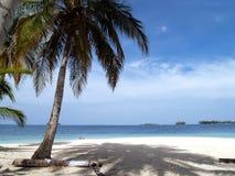 Plage blanche tropicale des Caraïbes de sable Photographie stock libre de droits