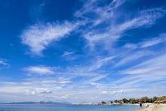 Plage bleue de voisinages d'Athènes avec le sable d'or et le ciel énorme photo libre de droits