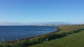 Plage britannique panoramique de littoral de ciel bleu photos stock