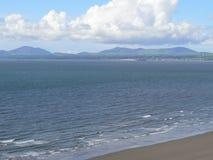 Plage côtière avec l'étendue de l'océan et des vagues se cassant sur le rivage Photographie stock