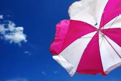 Plage colorée de parapluie contre le beau ciel bleu image libre de droits