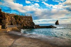 Plage concrète près de piscine découverte complexe à Funchal Images stock