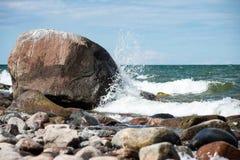 Plage confortable de la mer baltique avec de l'eau se brisant sur le r Photo libre de droits