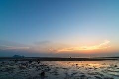 plage crépusculaire de temps de coucher du soleil Photo libre de droits
