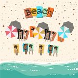 Plage d'été avec les gens les prenant un bain de soleil Images libres de droits