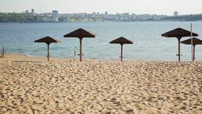 Plage d'été de vintage avec les parapluies en bois banque de vidéos