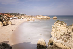 Plage d'Albufeira avec le sable et mer chez Algarve Photo stock