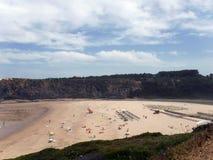 Plage d'Algarve avec des falaises Photographie stock