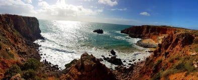 Plage d'Algarve avec l'océan Image stock