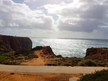 Plage d'Algarve avec l'océan Photos libres de droits