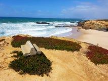 Plage d'Algarve avec l'océan Photographie stock