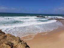 Plage d'Algarve avec l'océan Photos stock