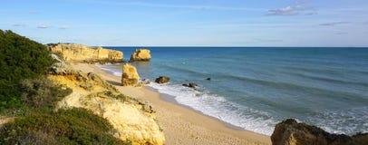 Plage d'Algarve avec l'océan Images stock