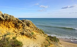 Plage d'Algarve avec l'océan Images libres de droits