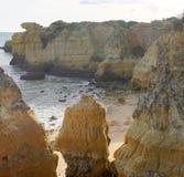 Plage d'Algarve avec l'océan Photo stock