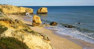 Plage d'Algarve avec l'océan Photo libre de droits