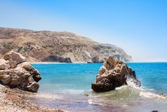 Plage d'amour Roche du ` s d'Aphrodite - lieu de naissance du ` s d'Aphrodite près de ville de Paphos La roche du tou grec Romiou Image stock