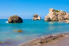 Plage d'amour Roche du ` s d'Aphrodite - lieu de naissance du ` s d'Aphrodite près de ville de Paphos La roche du tou grec Romiou Photos libres de droits