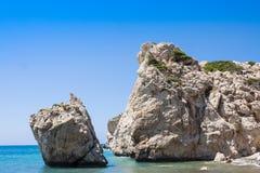 Plage d'amour Roche du ` s d'Aphrodite - lieu de naissance du ` s d'Aphrodite près de ville de Paphos La roche de la ROM grecque  Image libre de droits