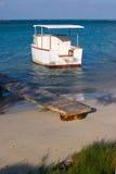 Plage d'Aruba avec le bateau au lever de soleil images stock