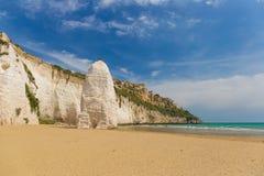 Plage d'or de sable de Vieste avec la roche de Pizzomunno, péninsule de Gargano, Pouilles, au sud de l'Italie Photo libre de droits