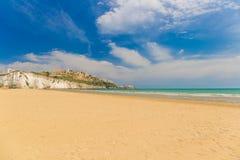 Plage d'or de sable de Vieste avec la roche de Pizzomunno, péninsule de Gargano, Pouilles, au sud de l'Italie Photos libres de droits