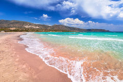 Plage d'Elafonissi avec le sable rose sur Crète photos stock