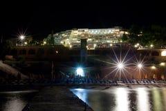 Plage d'hôtel de mer la nuit Photographie stock libre de droits
