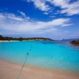 Plage d'Ibiza Cala Bassa avec la turquoise méditerranéenne Photographie stock libre de droits