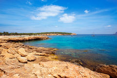 Plage d'Ibiza Cala Bassa avec la turquoise méditerranéenne Photo stock