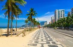 Plage d'Ipanema avec la mosaïque du trottoir en Rio de Janeiro photos stock