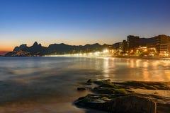 Plage d'Ipanema avec le beaux horizon et coucher du soleil Photographie stock libre de droits