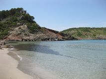 Plage d'isolement avec les eaux transparentes et le sable blanc photographie stock