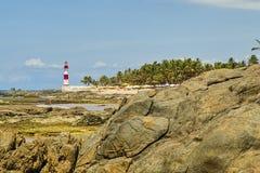 Plage d'Itapua avec le phare à l'arrière-plan avec le ciel bleu avec des nuages, Salvador, Bahia, Brésil photographie stock