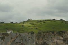 Plage d'Itzurun avec Cliff Surrounded merveilleux par des formations de type flysch à partir de l'UNESCO Basque paléocène d'itiné photographie stock libre de droits