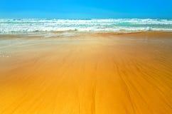 Plage d'océan en été sous le ciel bleu Vagues enroulant sur le rivage Image stock