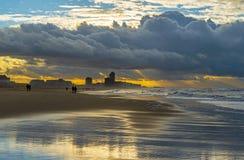 Plage d'Ostende avec le temps de tempête, Belgique photographie stock libre de droits