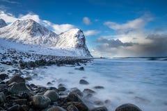 Plage d'Unstad aux îles de Lofoten en Norvège photographie stock libre de droits