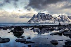 Plage d'Utakleiv sur les îles de Lofoten en Norvège en hiver photos stock