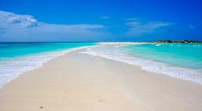Plage dans les Caraïbe avec une voie de sable image libre de droits
