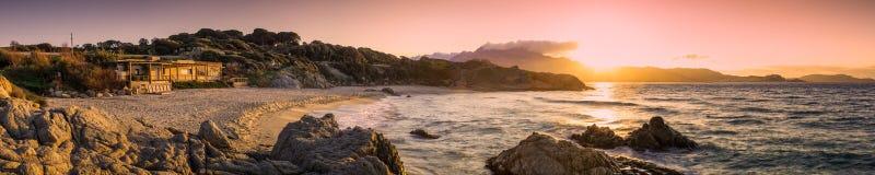 Plage de在卡尔维附近的Petra Muna全景在可西嘉岛 库存照片