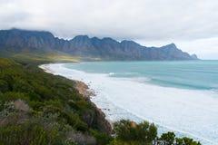 Plage de baie de Kogel, située le long de l'itinéraire 44 à la zone orientale de la baie fausse près de Cape Town, l'Afrique du S images libres de droits